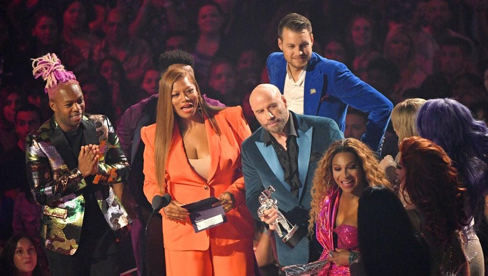 John Travolta entregando uno de los premios de los MTV VMAs