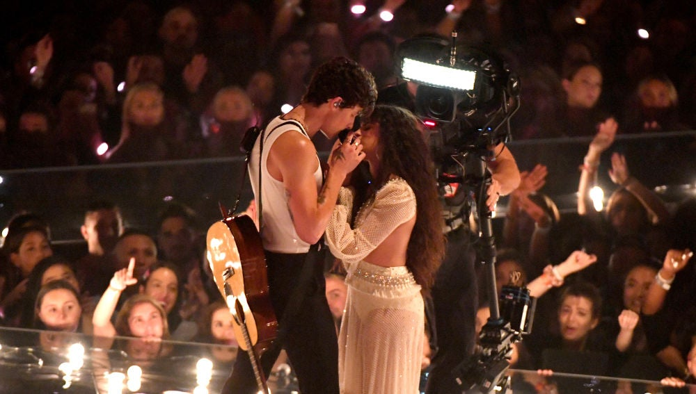 Shawn Mendes y Camila Cabello durante su actuación en los MTV VMAs