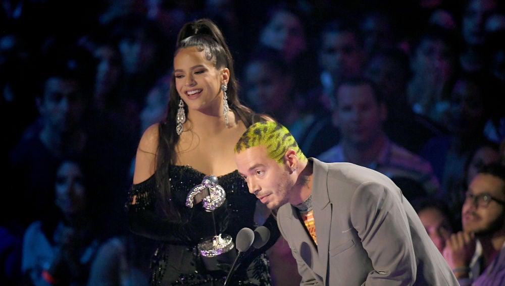 Rosalía y J Balvin recogiendo su premio MTV VMA
