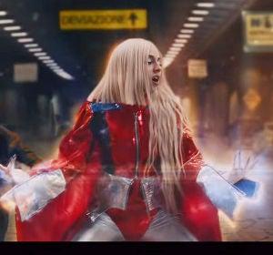 Ava Max en el videoclip de 'Torn'