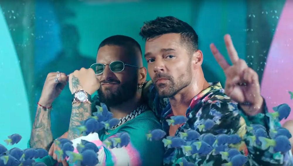 Maluma y Ricky Martin en el vídeo de 'No se me quita'