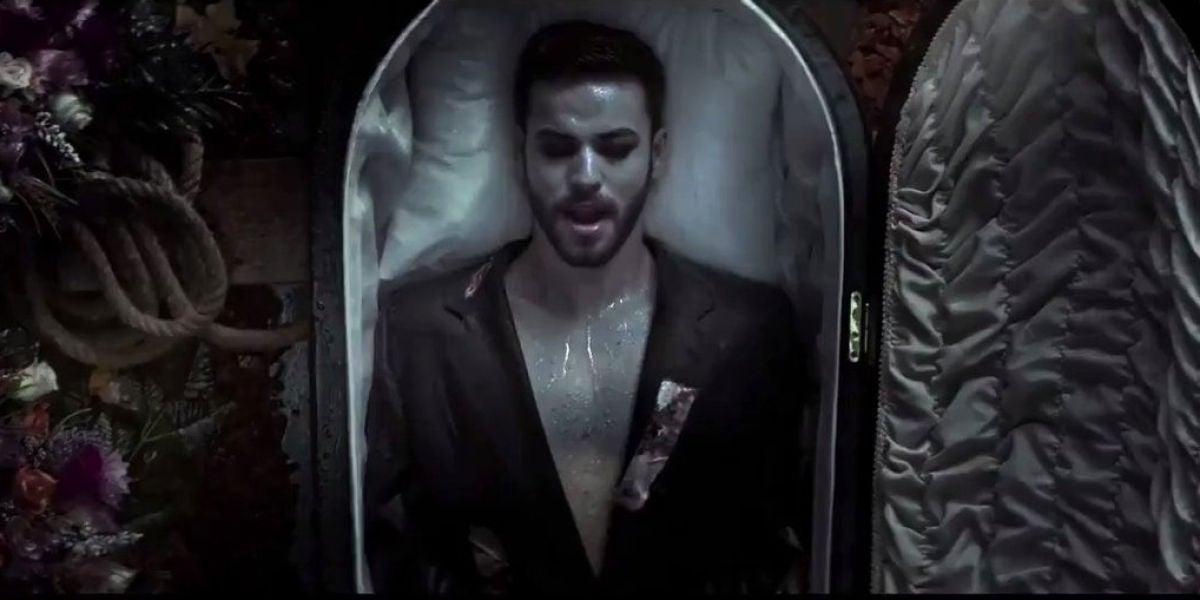 Agoney en el videoclip de 'Black'