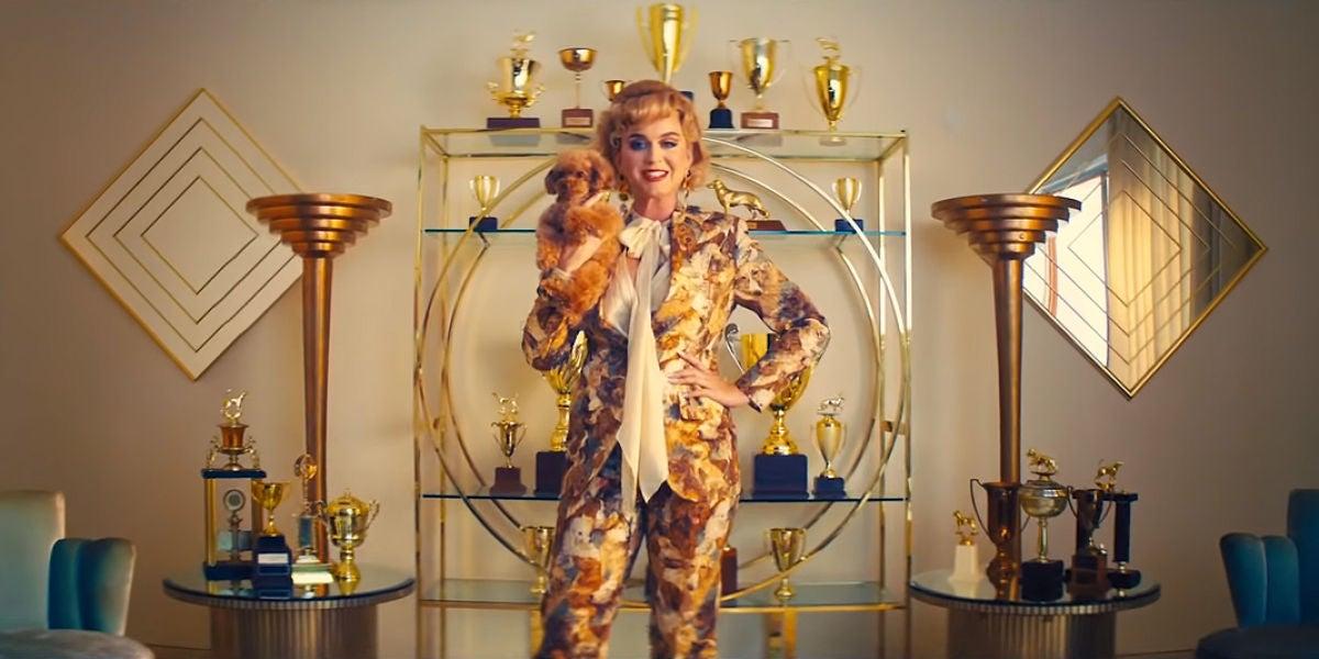 Katy Perry y su perrita Nugget en el vídeo de 'Small Talk'