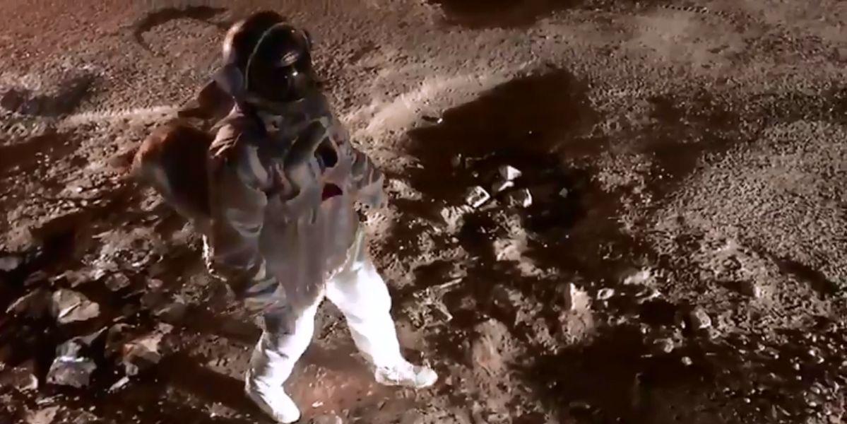 Baadal Nanjundaswamy vestido de astronauta para denunciar el mal estado de una calle