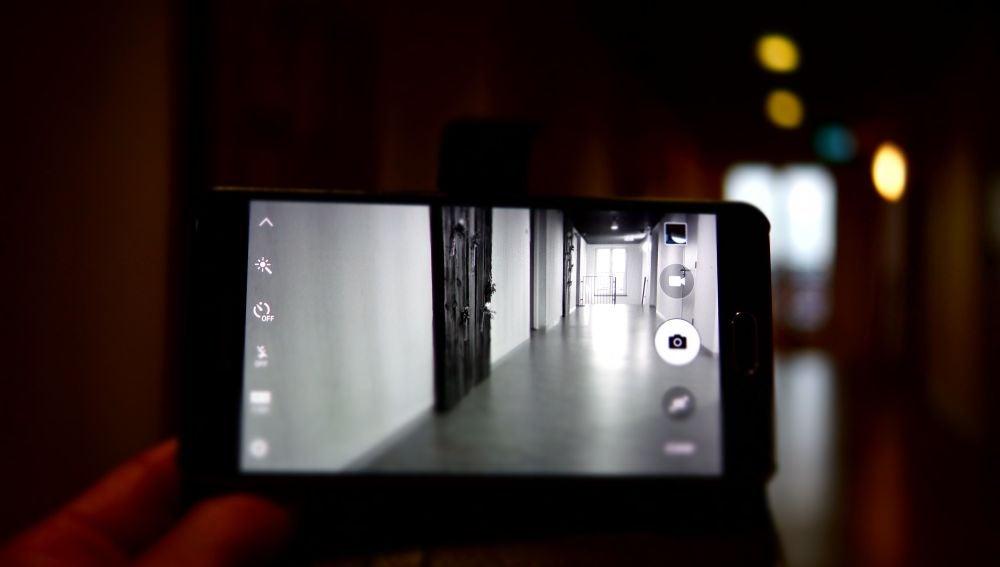 Una persona grabando con el móvil