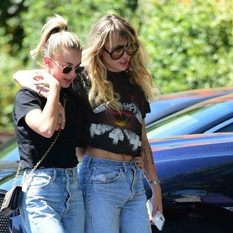 Miley Cyrus y Kaitlynn Carter paseando en Los Ángeles