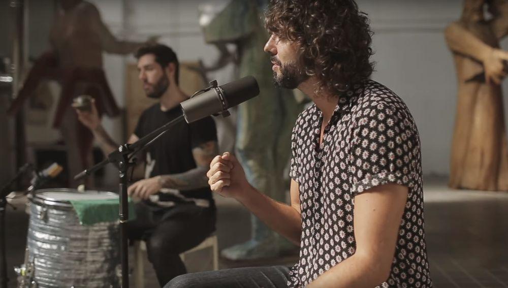 IZAL en el vídeo de 'La llama' con Fon Román