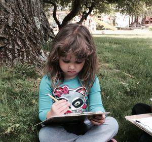 Una niña hace los deberes