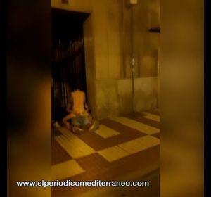 Graban a una pareja practicando sexo en mitad de la calle en Castellón