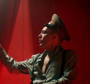 Miss Caffeina en el vídeo de 'Cola de pez - Fuego'