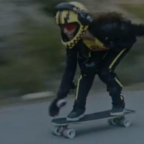 La campeona de España de longboard, Alejandra Salamandra, protagoniza el vídeo 'Superpoderes' de Leiva