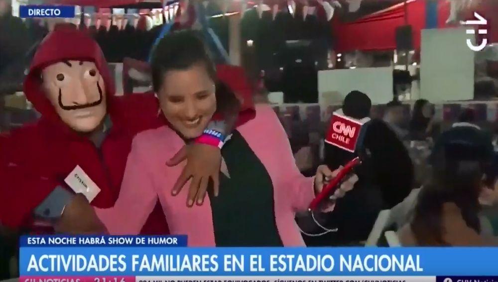 Una reportera sufre un doble acoso en directo