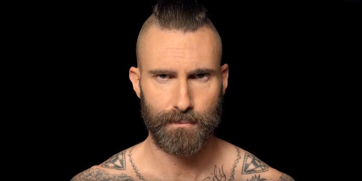 Adam Levine en el vídeo de 'Memories'
