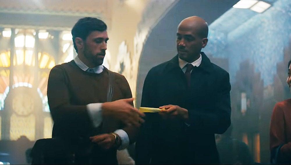 Un hombre dándole a otro un tampón, en el spot de MENstruation
