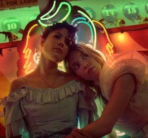 Halsey y Sydney Sweeney en el vídeo de 'Graveyard'