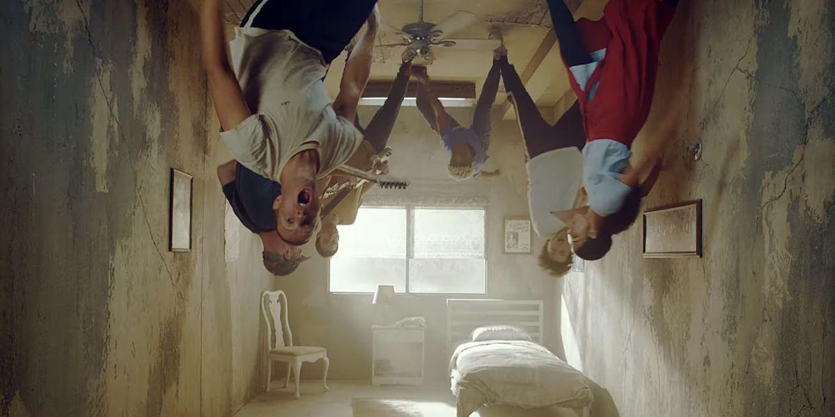 Coldplay en el videoclip de 'Orphans'