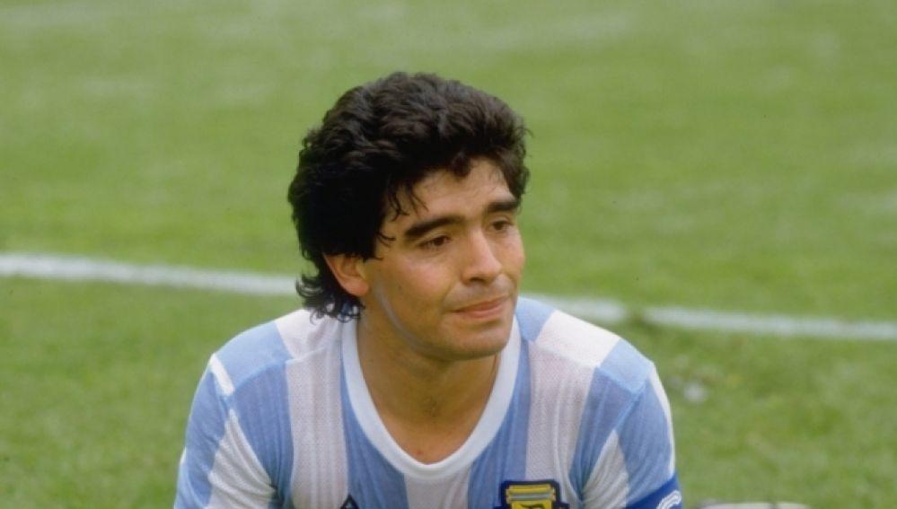 Diego Armando Maradona, tendido sobre el terreno de juego