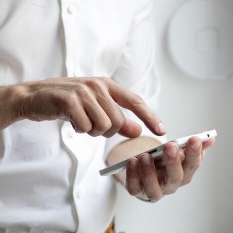 Hombre utilizando un teléfono móvil