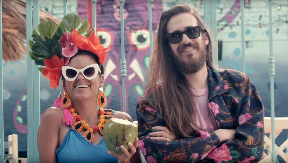 Li Sauvet y Carlos Sadness en el vídeo de 'Aloha'