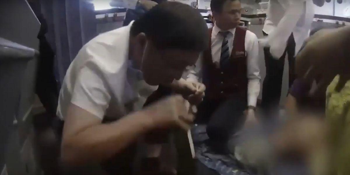 Un médico salva la vida a un pasajero succionando orina de su vejiga