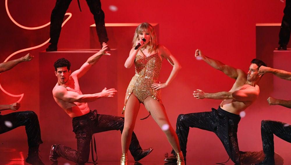 Taylor Swift durante su actuación en los American Music Awards 2019