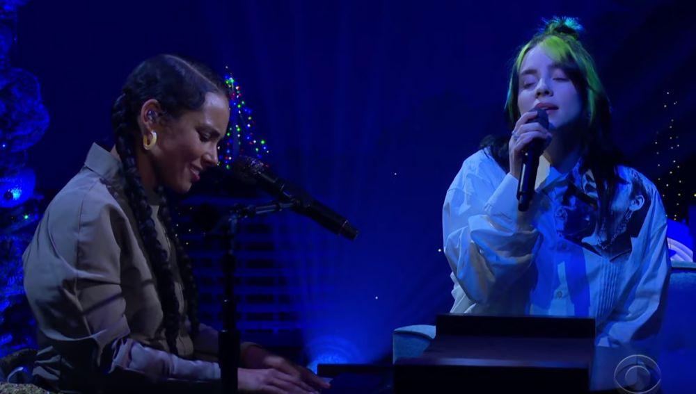 Alicia Keys y Billie Eilish interpretando 'ocean eyes' en directo
