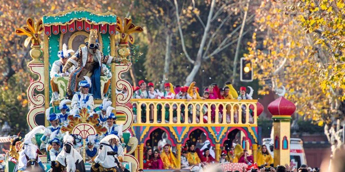 El rey Gaspar en su carroza durante la cabalgata de los Reyes Magos en Sevilla