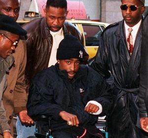 Tupac Shakur asistiendo al juzgado en silla de ruedas