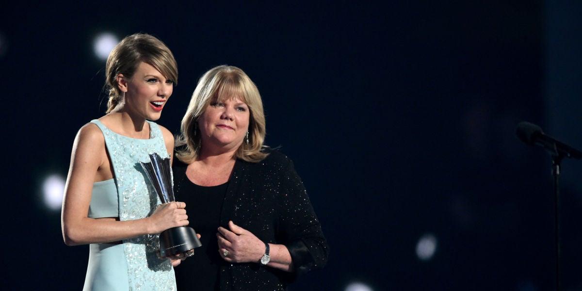 Taylor Swift y su madre en una entrega de premios