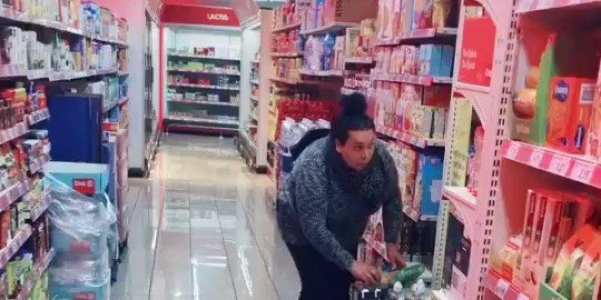 Una mujer pillada haciendo un cambiazo de huevos en el supermercado