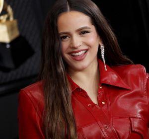 Rosalía posando en la alfombra roja de los Grammy