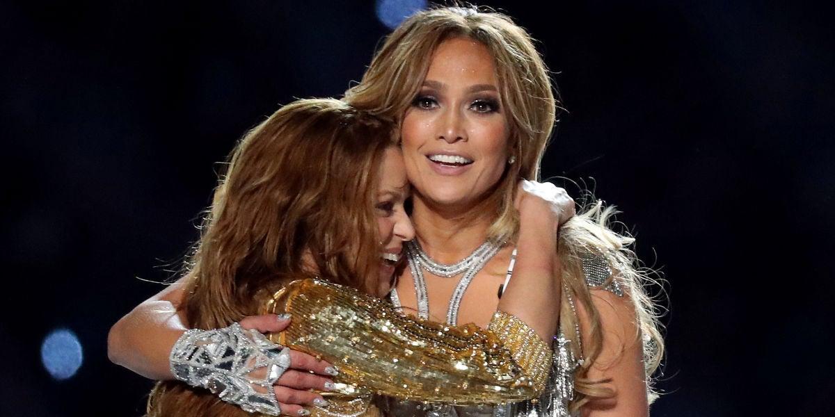 Shakira y Jennifer López se abrazan tras su actuación en la Super Bowl