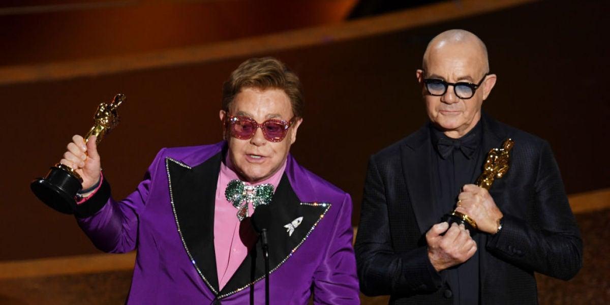 Elton John y Bernie Taupin con su Oscar a Mejor Canción