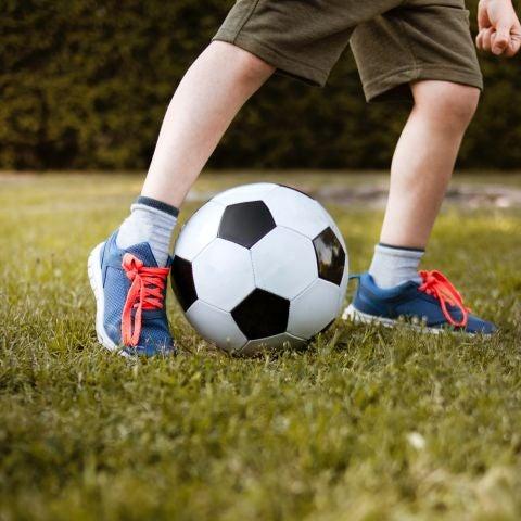 Un niño jugando al fútbol