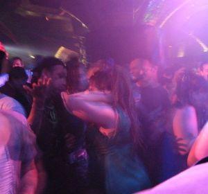 Dos jóvenes en una discoteca