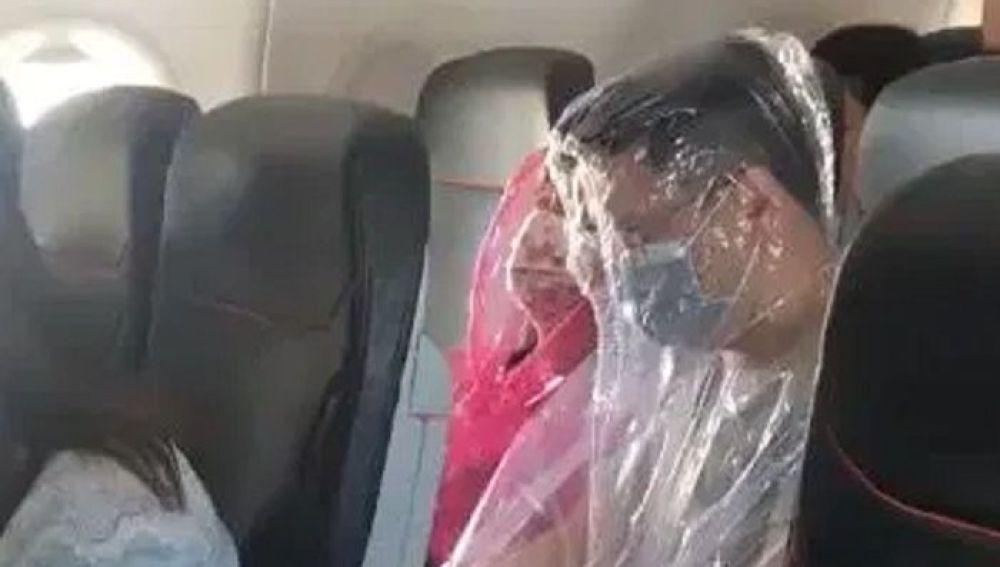Una pareja envuelta en plásticos por miedo al coronavirus