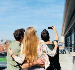 Tres jóvenes haciéndose un selfie