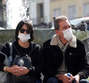 Dos ciudadanos con mascarillas, en Madrid