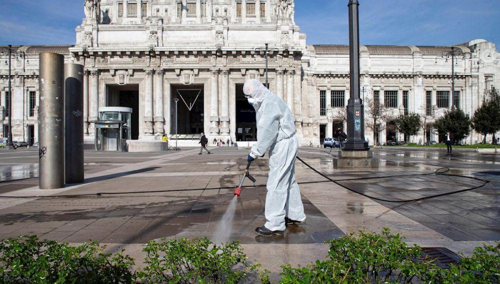 Un operario de limpieza desinfecta una zona de Italia