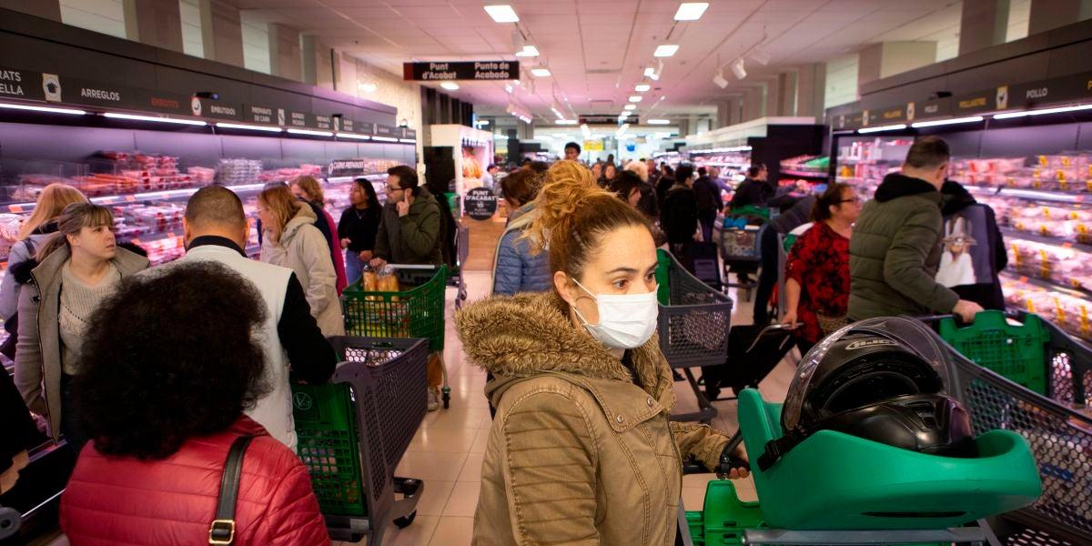 Decenas de ciudadanos acuden a un supermercado