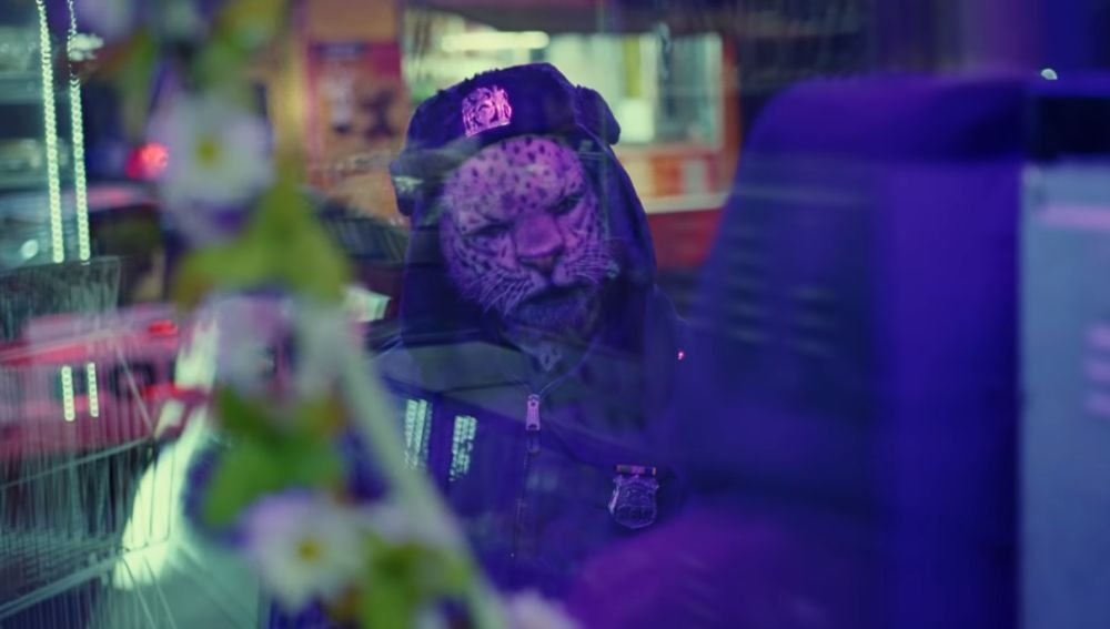 Escena del videoclip 'Trouble In Town' de Coldplay
