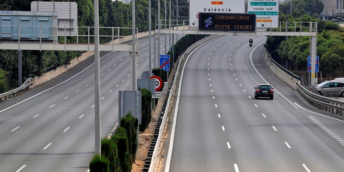 Un coche circula por una carretera vacía tras la implantación del Real Decreto por el coronavirus