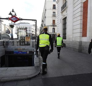 Efectivos de la UME vigilan la madrileña Puerta del Sol