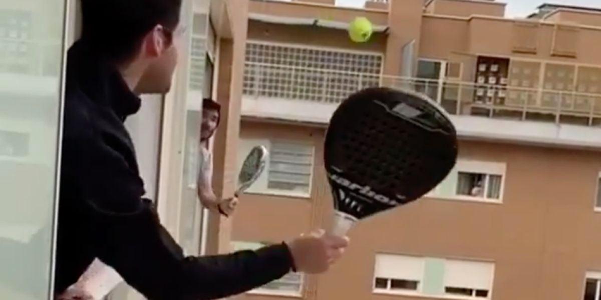 Jugando al padel con su vecino