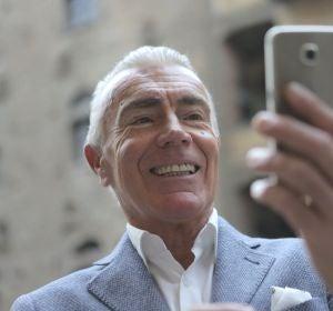 Un hombre hace una videollamada desde su teléfono móvil
