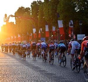 El Tour de Francia en su paso por los Campos Elíseos