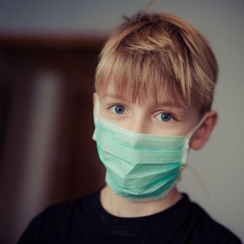 Un niño con una mascarlla