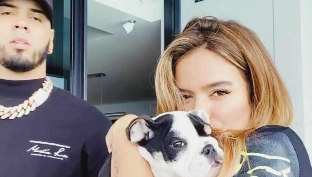 Anuel AA y Karol G, con su perro, durante el confinamiento