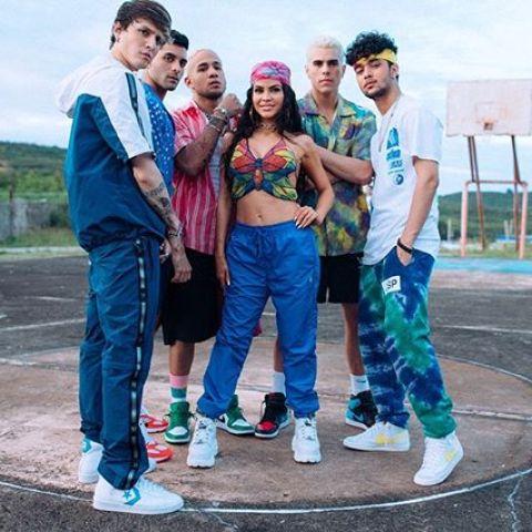 Natti Natasha y CNCO en el videoclip de 'Honey Boo'