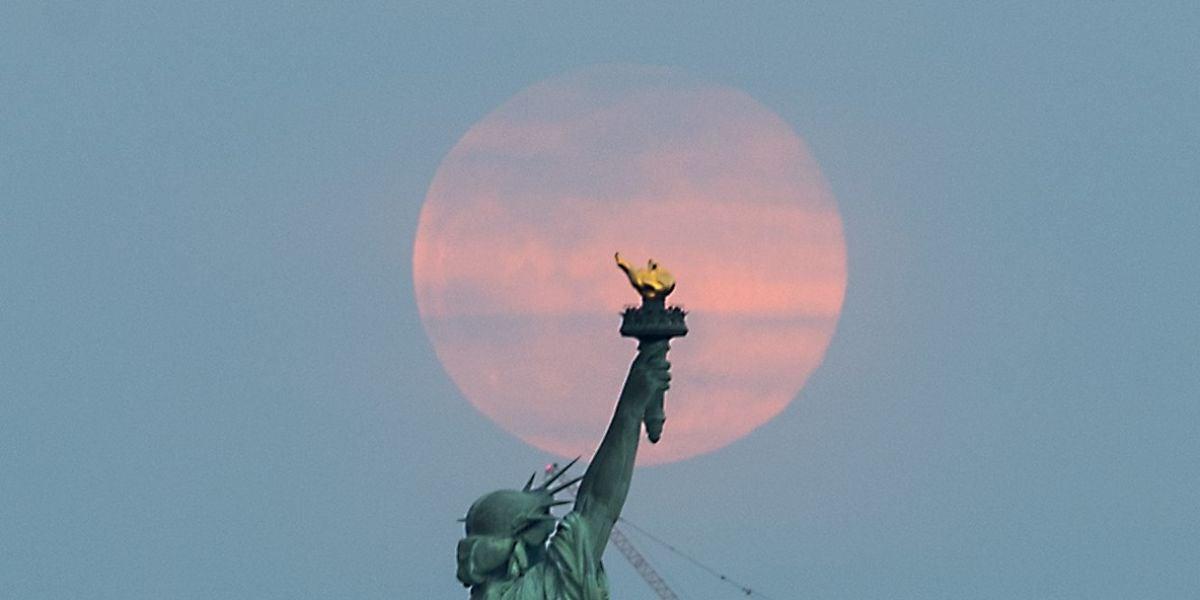Superluna tras la estatua de la Libertad de Nueva York